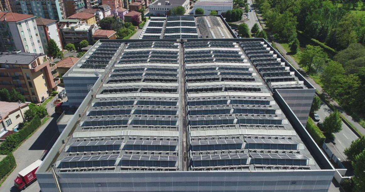 Sonnenkollektoren auf den Dächern