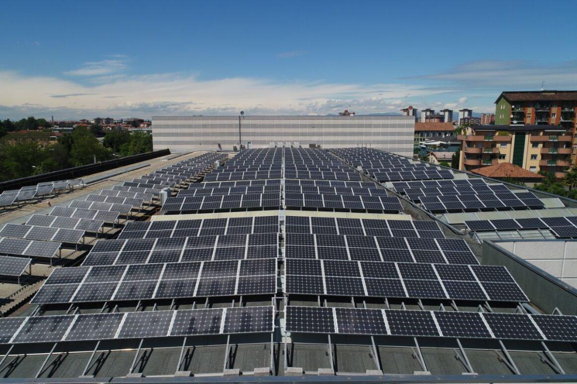 Sonnenkollektoren auf den Dächern installiert